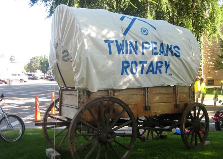Twin Peaks Chuck Wagon banner on a horse carriage