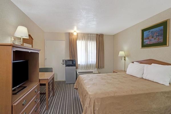 Single bed room at Knights Inn in Buena Park