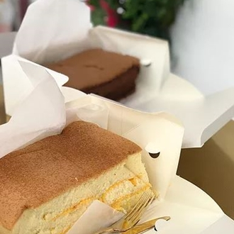 Two slices of Japanse cheesecake at Cheesetella